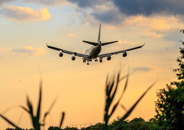 Avião Boeing voando no céu