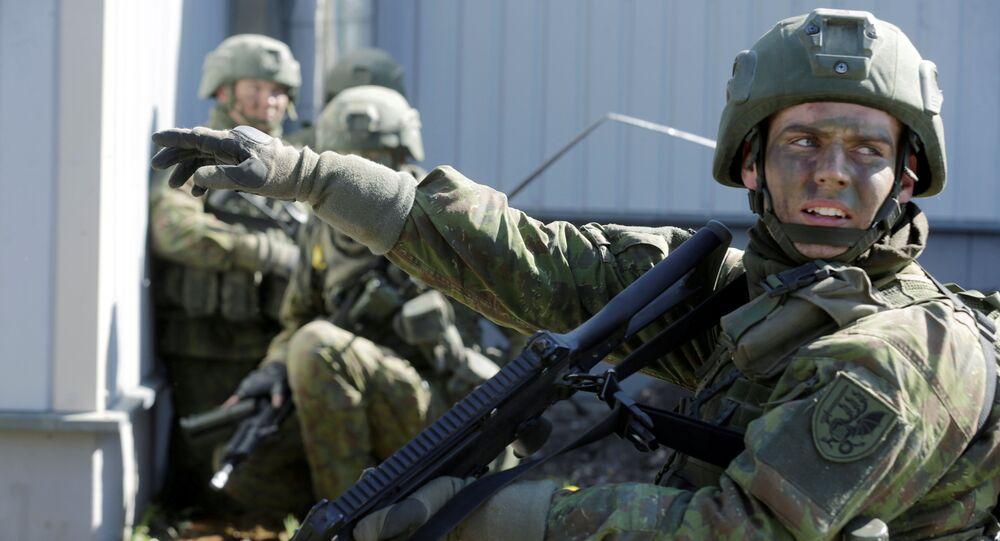 Militares da OTAN durante as manobras Spring Storm na Estônia