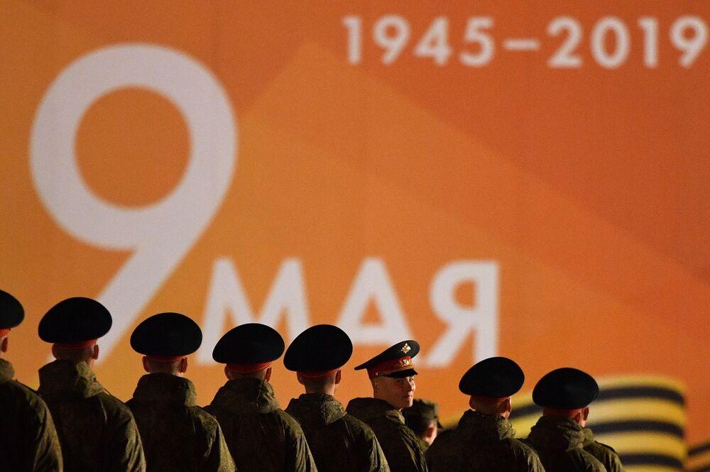 Militares se apresentam durante o ensaio do desfile militar na Praça Vermelha em Moscou, na Rússia