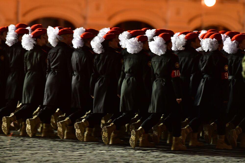 Apresentação de militares durante o ensaio do desfile militar na Praça Vermelha, Moscou (Rússia)