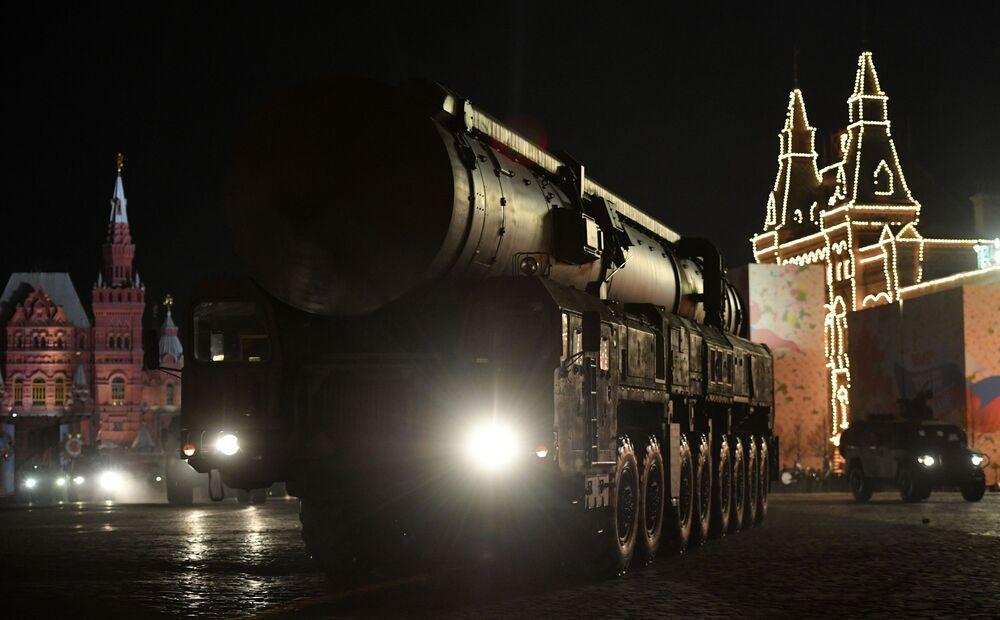 Míssil balístico intercontinental russo Yars apresentado durante o ensaio do desfile militar da Praça Vermelha em Moscou, Rússia