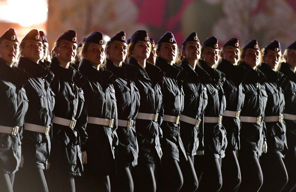 Militares marcham durante o ensaio do desfile militar na Praça Vermelha em Moscou, Rússia