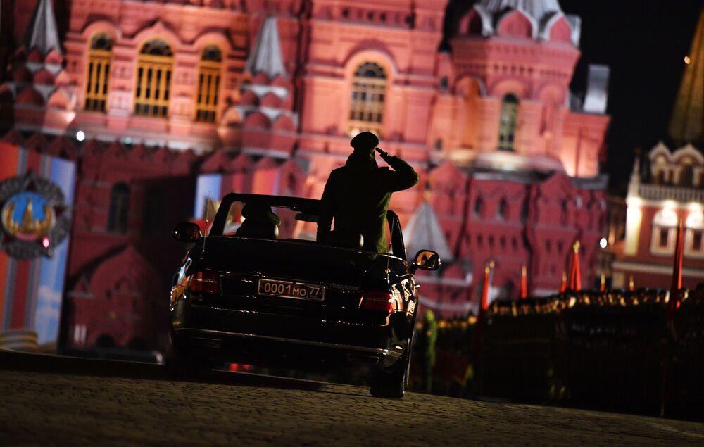 Conversível Aurus Senat no ensaio da parada militar dedicada ao dia da vitória na Grande Guerra Patriótica, na Rússia