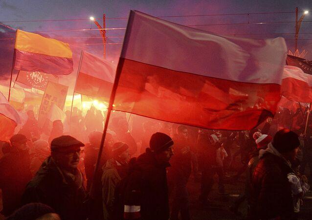 Em Varsóvia, nacionalistas queimam sinalizadores e levantam bandeiras da Polônia durante marcha anual em comemoração da independência da Polônia, no dia 11 de novembro de 2017.