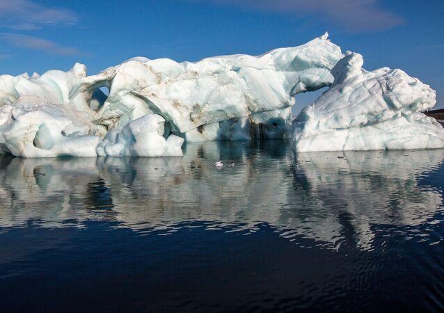 Gelo no Ártico (imagem referencial)