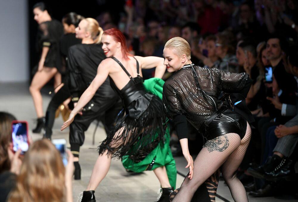 Modelos posam durante desfile de moda da designer russa Yulia Dalakyan