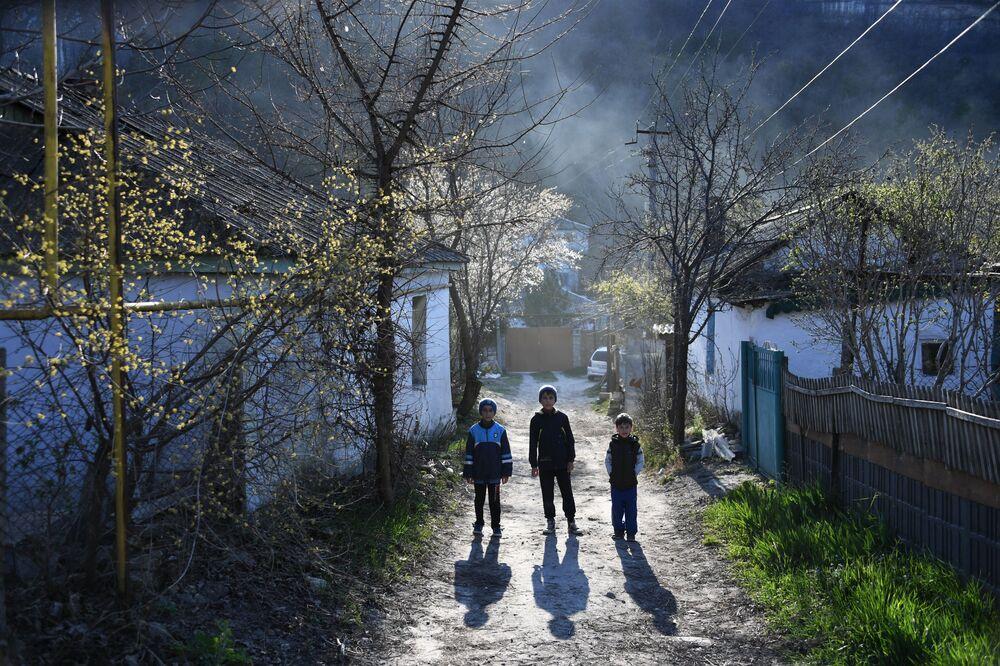 Crianças em uma das aldeias da Crimeia