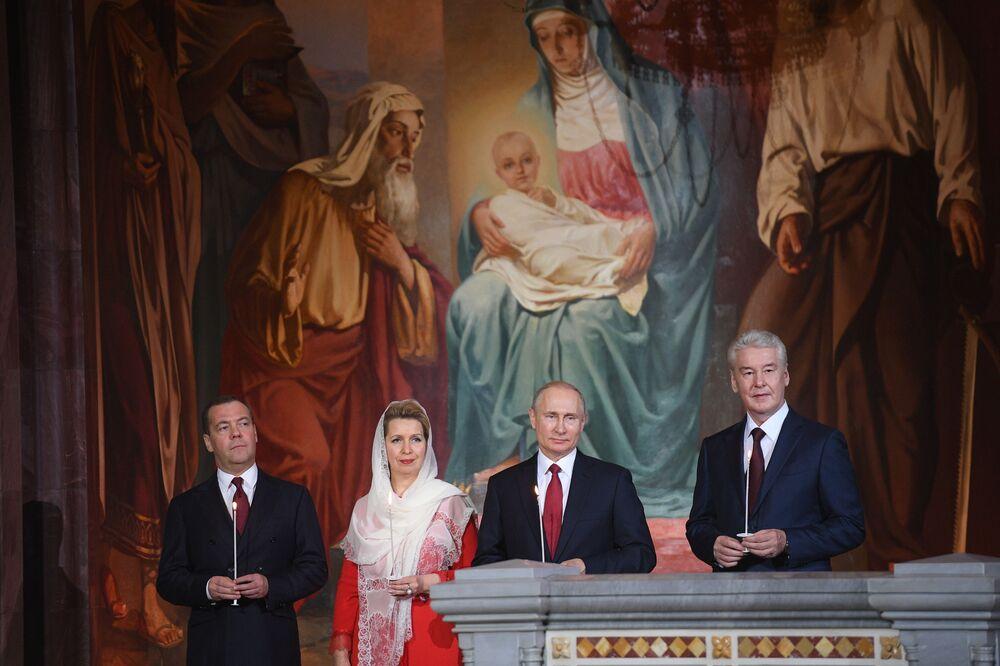 Presidente russo, Vladimir Putin, e primeiro-ministro Dmitry Medvedev atendem à missa da Páscoa na Catedral de Cristo Salvador, em Moscou