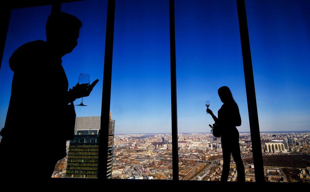 Visitantes no miradouro PANORAMA360 que se situa no 88º andar da Torre da Federação, em Moscou