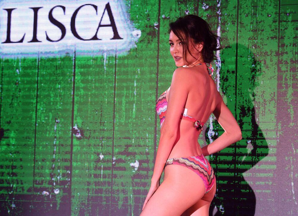 Modelo posa durante o desfile Lingerie Fashion Week, em Moscou, Rússia