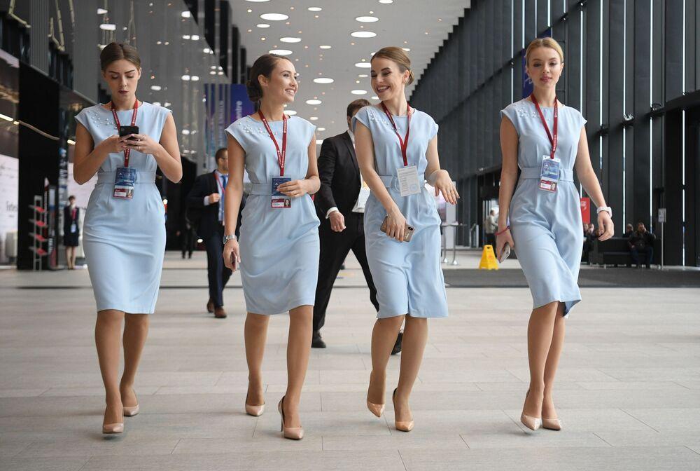 Meninas durante o fórum Ártico - Território de Diálogo realizado na cidade russa de São Petersburgo