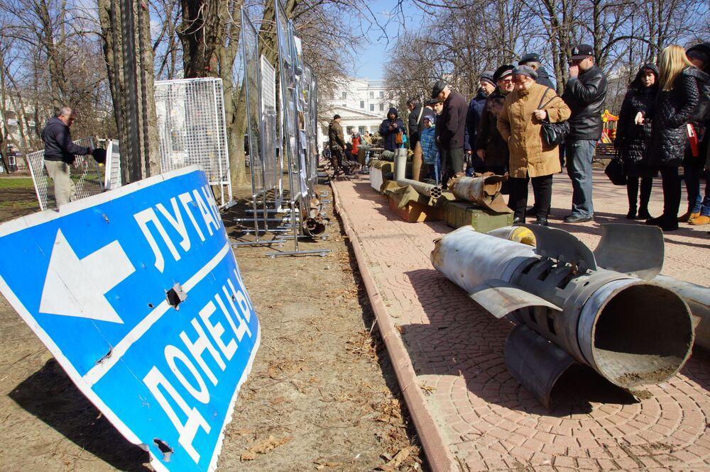 Visitantes da exibição dedicada à agressão das Forças Armadas da Ucrânia em Lugansk