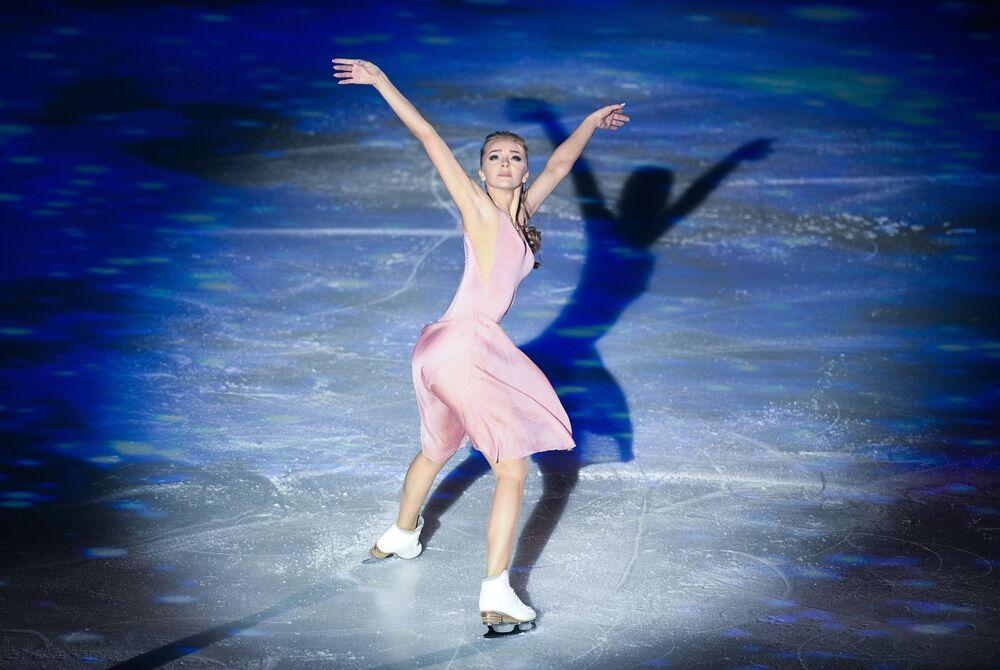 Dançarina de gelo russa Aleksandra Stepanova durante um show de patinagem artística na Rússia