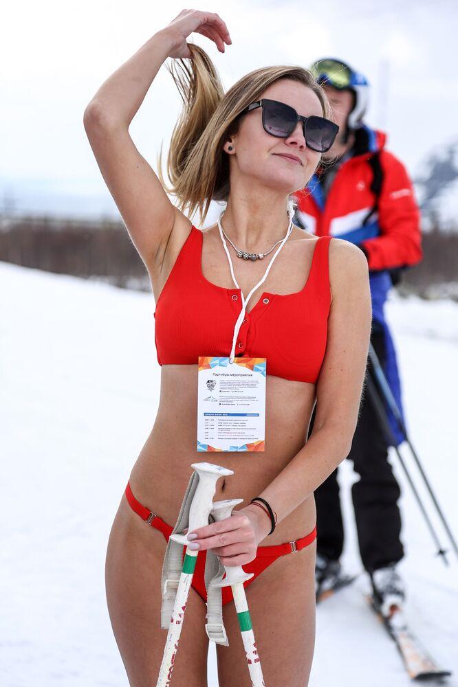 Mulher esquia usando apenas biquíni durante o festival Khibiny-Bikini 2019, na cidade de Kirovsk, Rússia