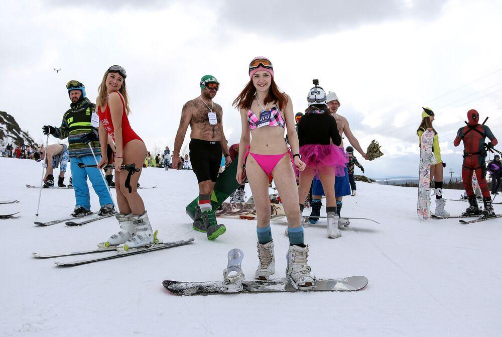 Pessoas fantasiadas durante o festival na neve Khibiny-Bikini 2019, realizado na encosta norte do complexo de esqui Bolshoi Vudyavr, na Rússia