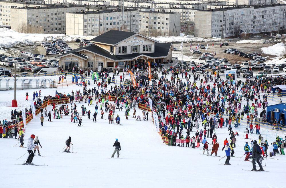 Visão geral do festival Khibiny-Bikini 2019, realizado na encosta norte do complexo de esqui Bolshoi Vudyavr, na cidade russa de Kirovsk