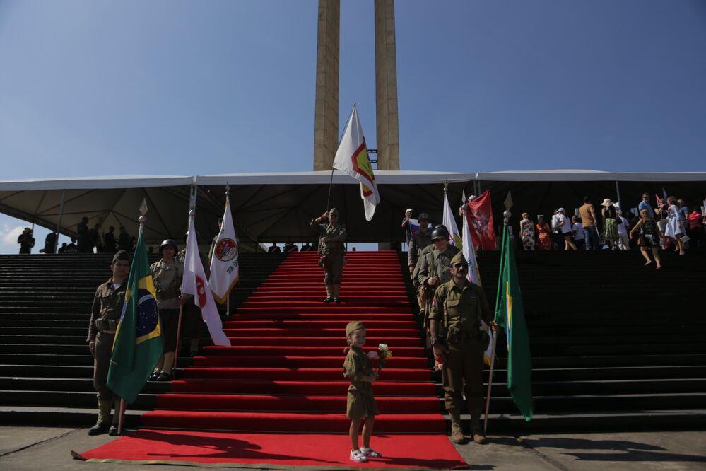 A cerimônia do Regimento Imortal também contou com a presença de crianças que homenagearam com combates de 2ª Guerra Mundial