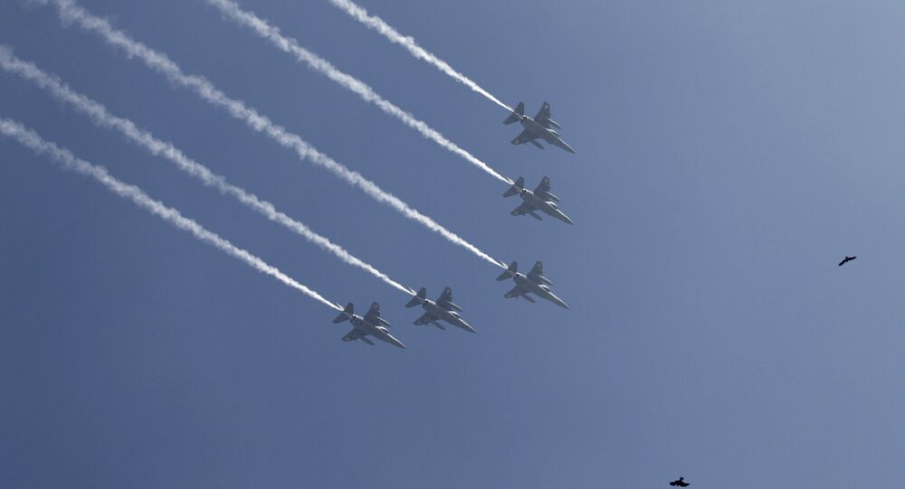 Os caças Mirage 2000 da Força Aérea Indiana voam em formação