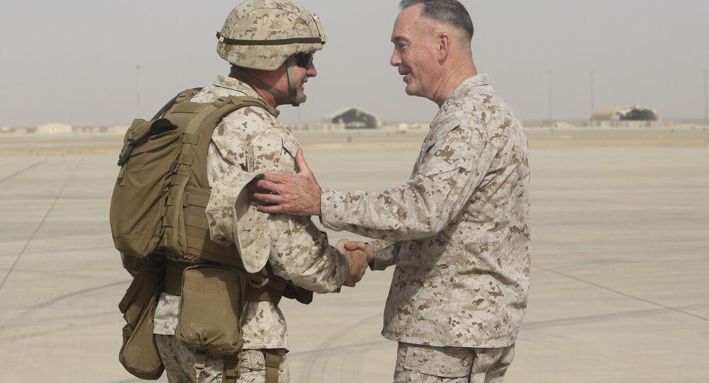 Brigadeiro-general e comandante geral da Força-Tarefa do Sudoeste, Roger Turner cumprimenta o general Joseph F. Dunford Jr. na Base Aérea de Bastion, Afeganistão.