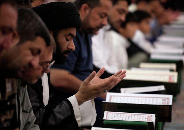 Fiéis muçulmanos leem o Alcorão na mesquita al-Imam Ali, durante o mês sagrado do Ramadã em Najaf, Iraque.