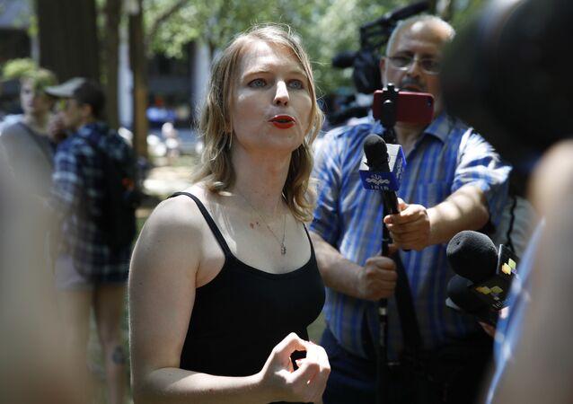 Chelsea Manning fala à imprensa após participar de uma manifestação em Washington.