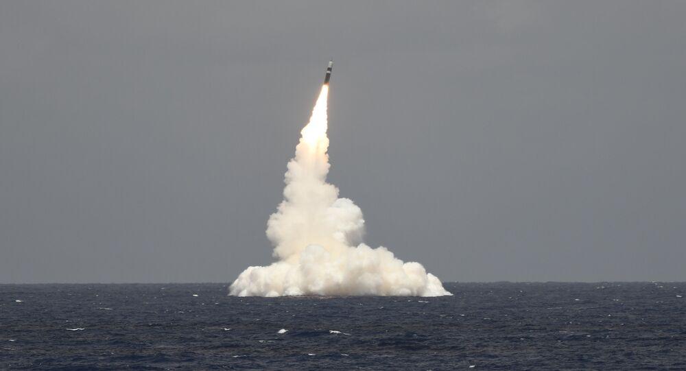 Míssil Trident II D5 desarmado é lançado do submarino de mísseis balísticos USS Rhode Island, da classe Ohio (imagem referencial)