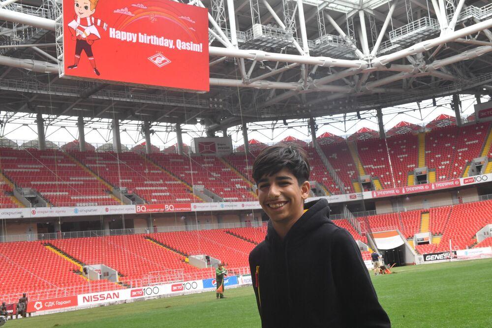 Terlo do estádio do Spartak de Moscou homenageia Qassem Qadim desejando-lhe um feliz aniversário.