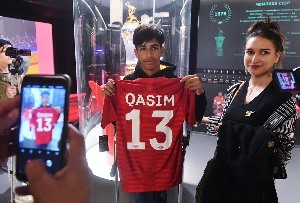 O herói da fotografia vencedora do concurso Andrei Stenin posa com camisa do Spartak de Moscou com seu nome escrito.