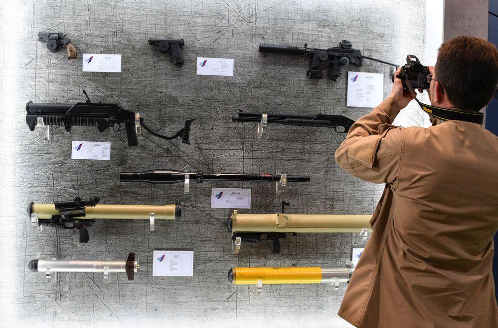 Homem fotografa armas que estão sendo expostas na MILEX 2019, em Minsk