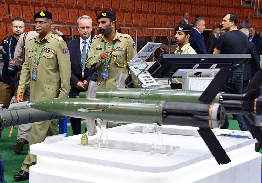 Visitantes da exposição internacional de armamento e equipamento militar MILEX 2019, em Minsk