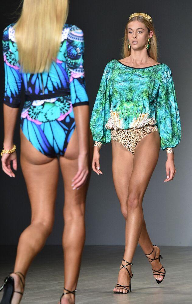 Modelos vestem peças da nova coleção da Aqua Blu na Austrália Fashion Week, em Sydney