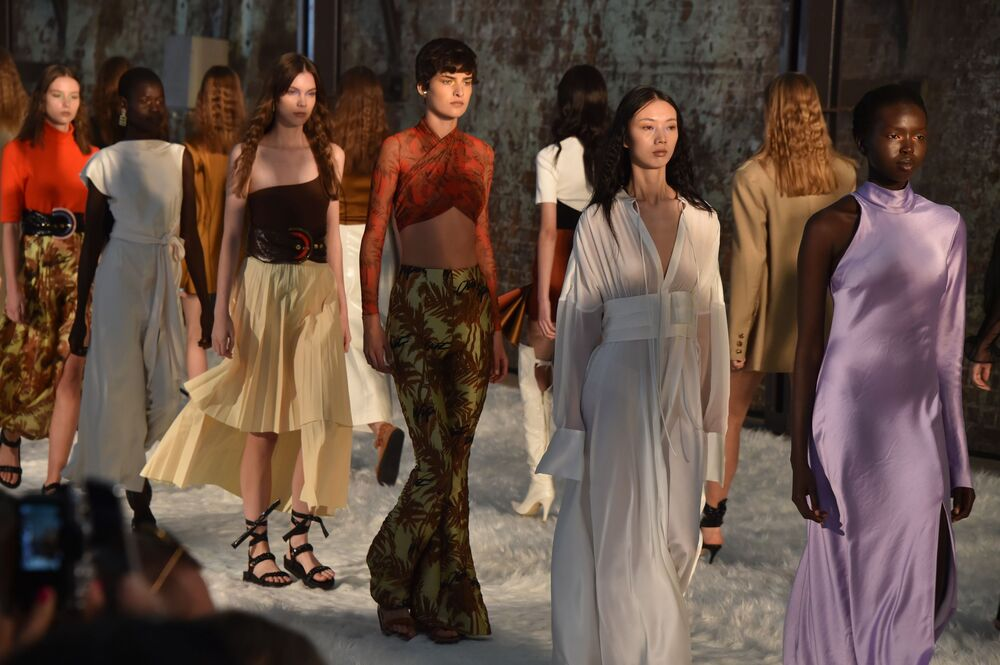 No final do desfile da coleção de Bec + Bridge, todas as modelos entraram para mostrar pela última vez as peças