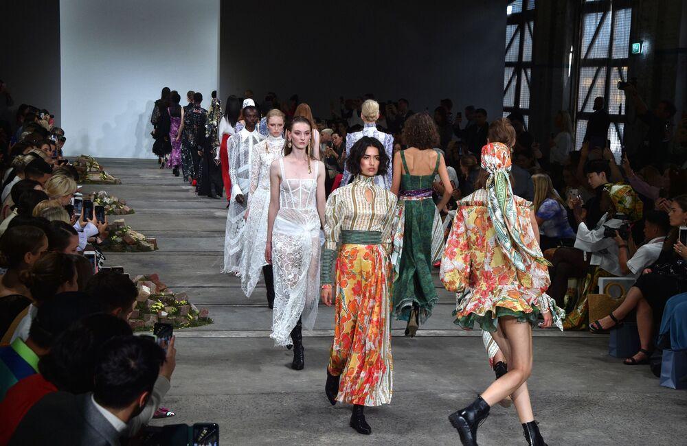 Modelos apresentam toda a coleção de Leo & Lin na Austrália Fashion Week, em Sydney
