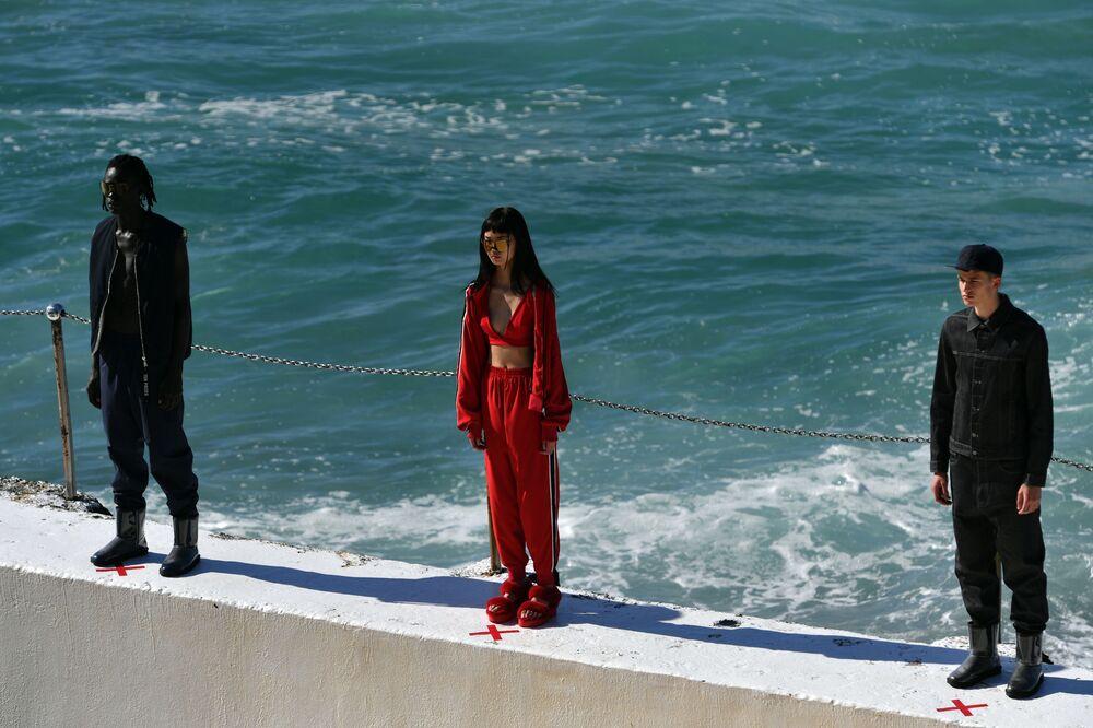 Ten Pieces apresentou novas peças de roupa à beira-mar durante Austrália Fashion Week, em Sydney