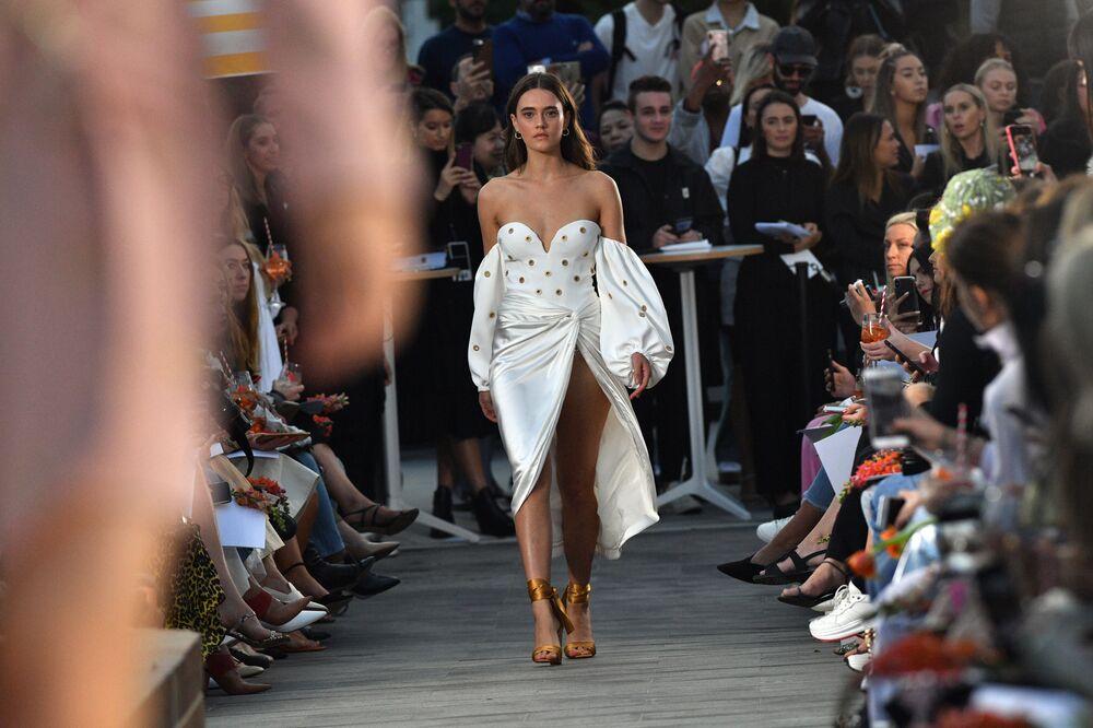 Jonathan Simkhai apresentou vestido inovador na Austrália Fashion Week, em Sydney