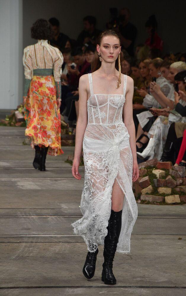 Leo & Lin expuseram peças transparentes que se encaixam ao clima quente da Austrália durante semana da moda em Sydney