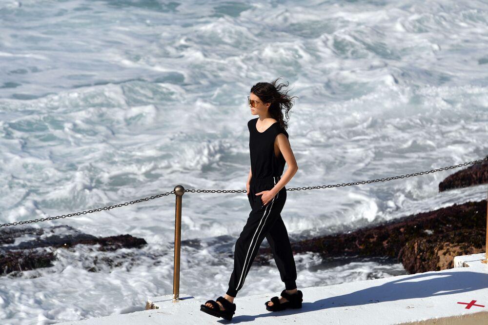 Com óculos provocante, modelo desfila para a coleção de Ten Pieces na Austrália Fashion Week, em Sydney