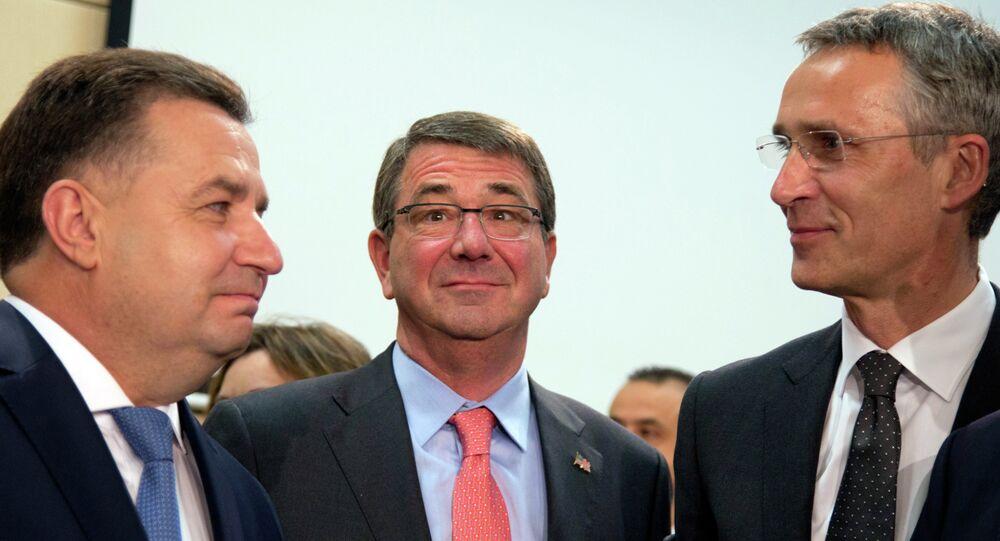 O secretário-geral da OTAN, Jens Stoltenberg e o ministro da Defesa da Ucrânia, Stepan Poltorak, à esquerda, conversam com o secretário da Defesa dos Estados Unidos, Ashton Carter (foto de arquivo)