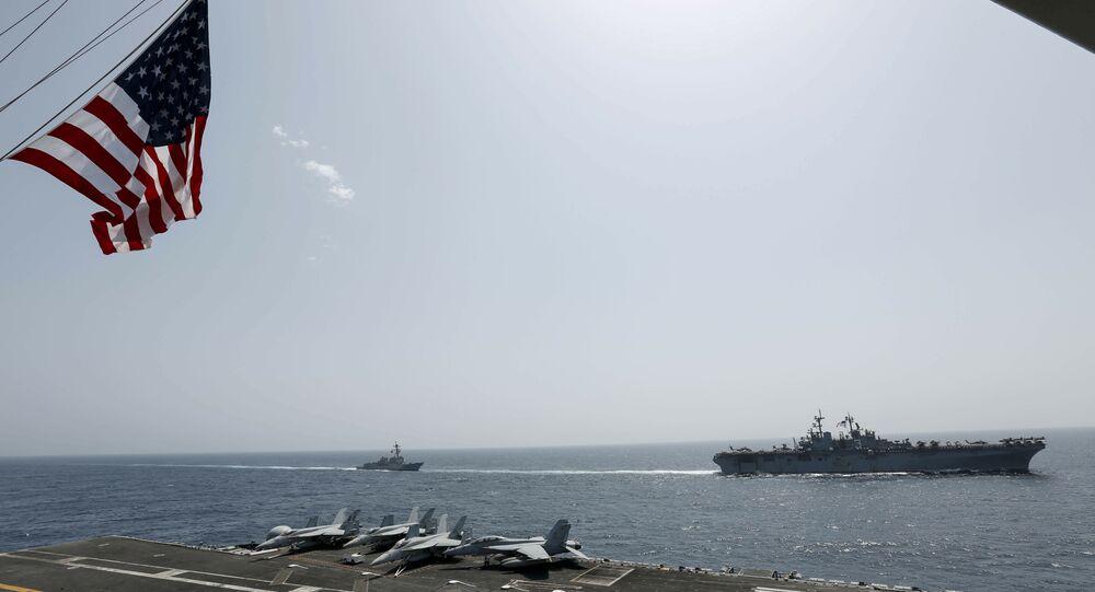 O navio de assalto anfíbio USS Kearsarge e o destróier de mísseis guiados da classe Arleigh Burke, USS Bainbridge