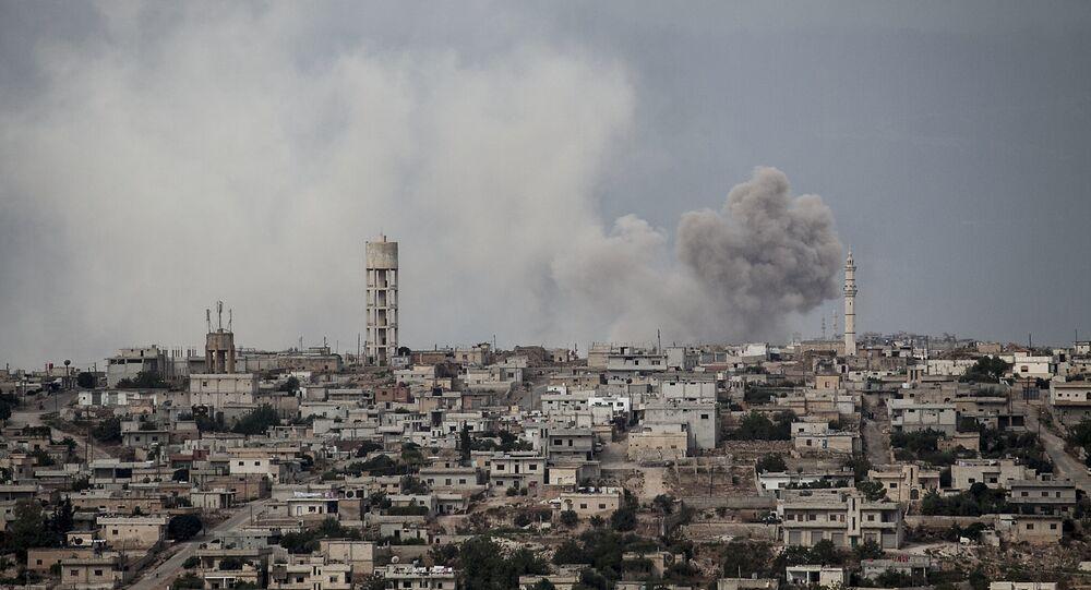 Imagem mostra fumaça no céu, após bomba ter atingido província de Idlib, na Síria, 19 de setembro de 2013 (imagem de arquivo)