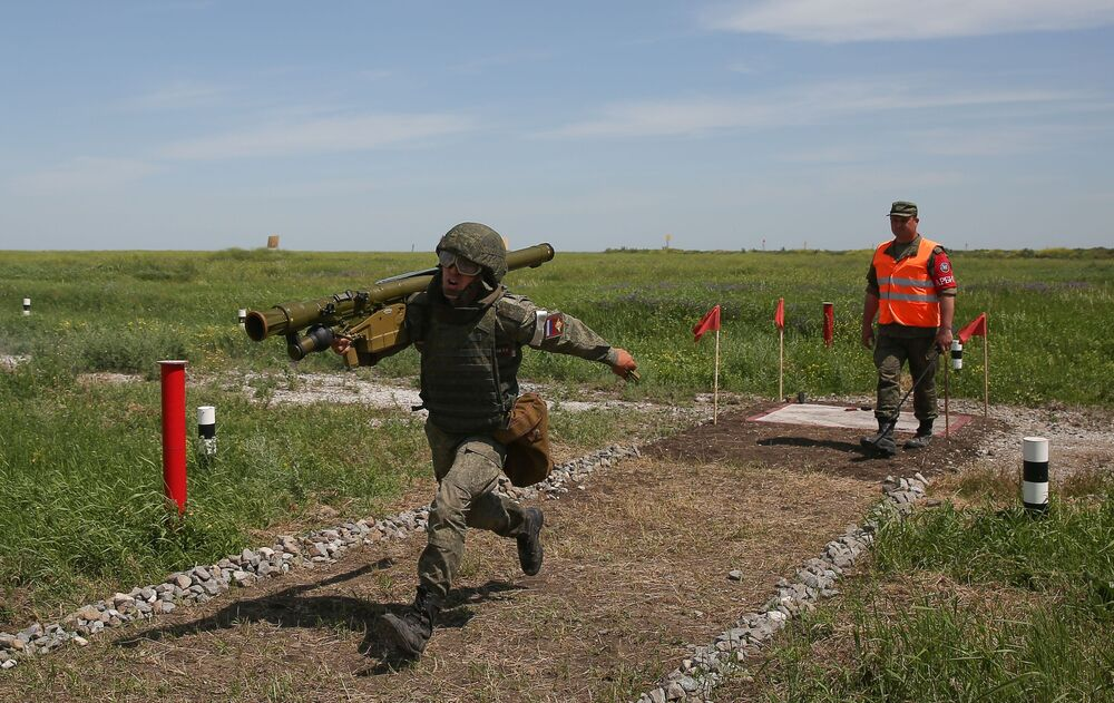 Militar com sistema portátil de lançamento de mísseis terra-ar Igla nas competições militares Céu Limpo 2019