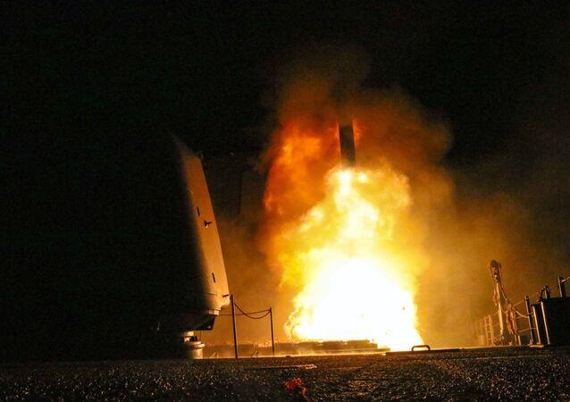 Míssil Tomahawk sendo lançado pelo cruzador de mísseis guiados USS Monterey pela Marinha dos EUA (foto de arquivo)