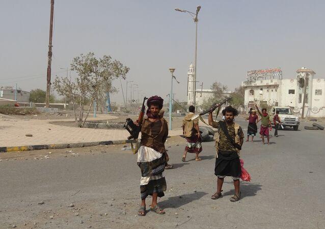 Forças pró-governo do Iêmen se reúnem na cidade portuária de Hodeida.
