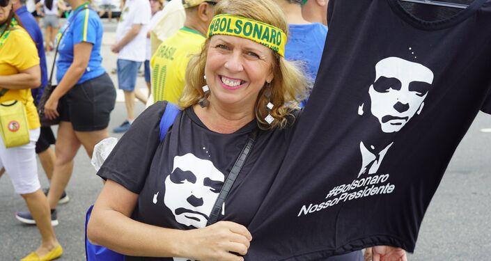 A estilista Diana de Paula diz ter feito campanha para Bolsonaro durante as eleições no ano passado. Responsável pela mãe já debilitada e por uma irmã com deficiência, ela chama o presidente de mito e diz que o PSLista só fala verdades.
