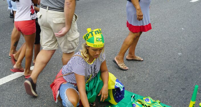 A ambulante Diana de Paula organiza camisetas, bandeiras e faixas que comercializava na manifestação. Eleitora do presidente, ela se diz firmemente contra a reforma da previdência e acredita que a vida vai piorar caso a emenda seja aprovada em Brasília.