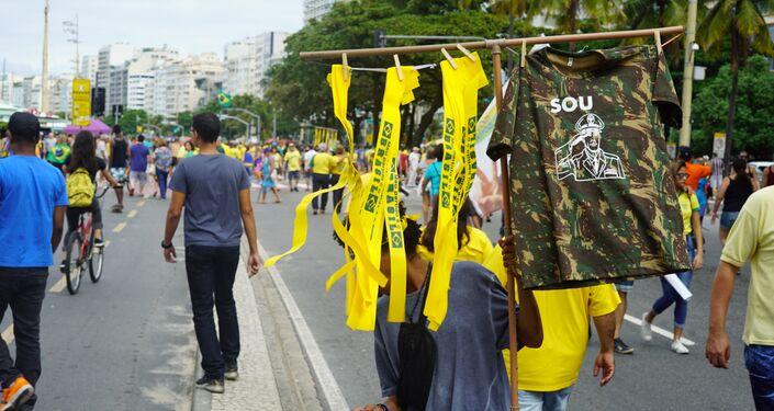 Ambulante comercializa camisas e faixas de apoio ao presidente Jair Bolsonaro.