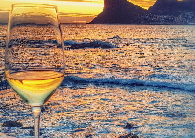 Copo de vinho perto do mar