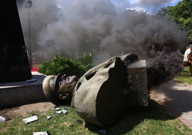 Nacionalistas da Ucrânia derrubam busto de marechal soviético na Carcóvia