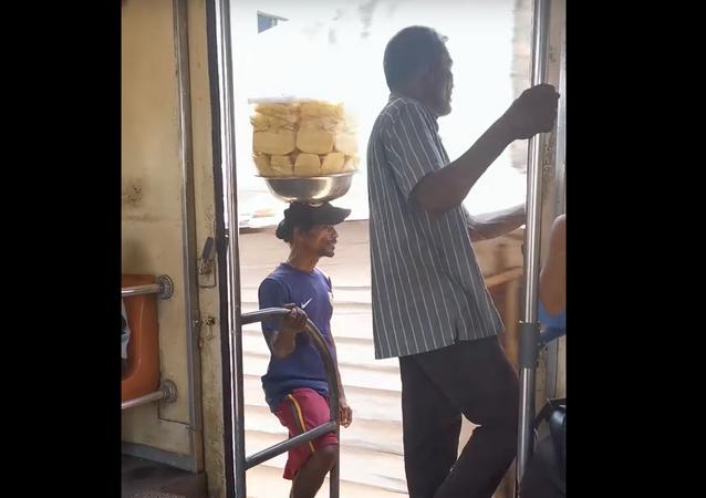 Vendedor de abacaxi em trem no Sri Lanka