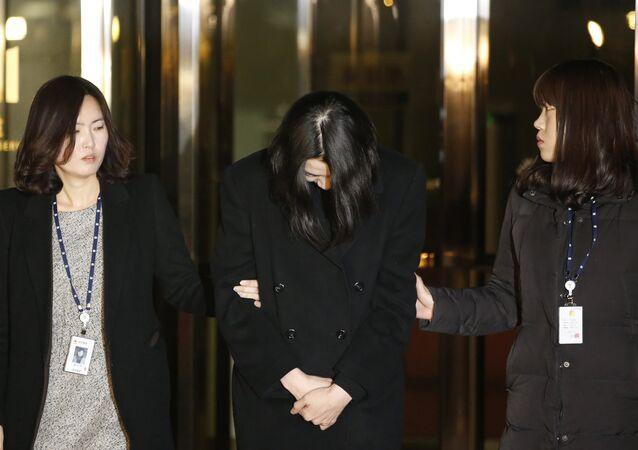 Cho Hyun-ah (C), também conhecida como Heather Cho, filha do presidente da Korean Airlines
